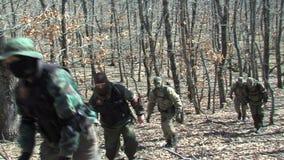 Militari bulgari sulla protezione del confine di stato del loro paese stock footage