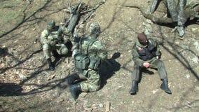 Militari bulgari sulla vacanza nella zona di frontiera video d archivio