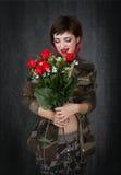 Militari con le rose rosse immagini stock