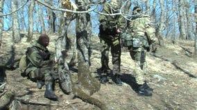 Militari pieghi bulgari sulla vacanza vicino al confine turco stock footage