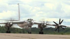 Militarna bombowiec na pasie startowym zbiory