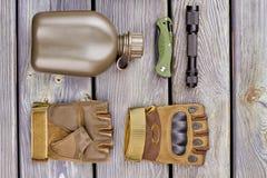 Militarna butelka, para rękawiczki, pocketknife i pochodnia, zdjęcia royalty free