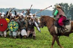 Militarna odbudowa bitwy antyczne słowianki w kwinta festiwalu dziejowi kluby w Zhukovsky okręgu Obraz Stock