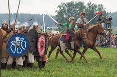 Militarna odbudowa bitwy antyczne słowianki w kwinta festiwalu dziejowi kluby w Zhukovsky okręgu Zdjęcia Stock