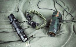 Militarna paracord bransoletka, taktyczna pochodnia i szkło, zdjęcia stock