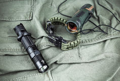 Militarna paracord bransoletka, taktyczna pochodnia i szkło, fotografia royalty free