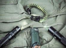Militarna paracord bransoletka, taktyczna pochodnia i szkło, obraz stock