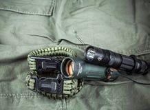 Militarna paracord bransoletka, taktyczna pochodnia i szkło, zdjęcie royalty free