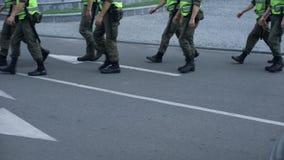 Militarna siła utrzymuje jawnego bezpieczeństwo podczas wydarzenia sportowego lub festiwalu, patrol zdjęcie wideo