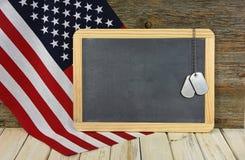 Militarne psie etykietki na chalkboard Fotografia Royalty Free