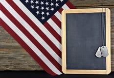 Militarne psie etykietki na prostokąta chalkboard Fotografia Stock