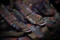 Militarnego kamuflażu roomy plecak W ramie patka i plecy plecak blisko lily farbuje miękki na widok wody obraz stock