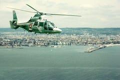 Militarnej marynarki wojennej śmigłowcowy latanie nad linią brzegową obraz royalty free