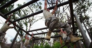 Militarni żołnierze wspina się małpich bary 4k zbiory wideo
