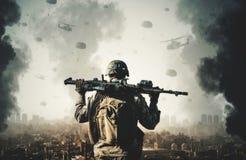 Militarni helikoptery i siły między dymem i ogieniem obraz stock
