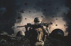 Militarni helikoptery i siły w zniszczonym fotografia royalty free