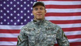 Militarny żołnierz pokazuje aprobaty, fachowa siły zbrojne organizacja zbiory