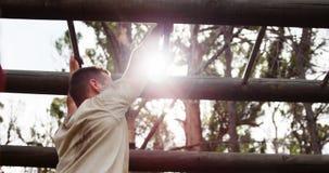 Militarny żołnierz wspina się małpich bary 4k zbiory