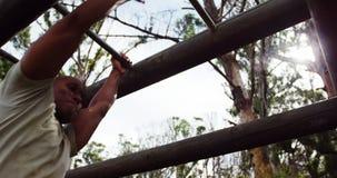 Militarny żołnierz wspina się małpich bary 4k zdjęcie wideo