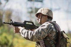 Militarny żołnierza celowanie z karabinem zdjęcie stock