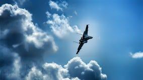 Militarny dżetowy samolot podczas zwrota w chmury obrazy stock