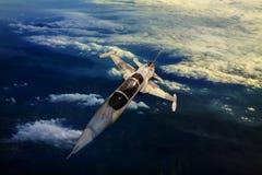 Militarny dżetowy samolot lata nad halnym kraju widokiem below Zdjęcia Royalty Free