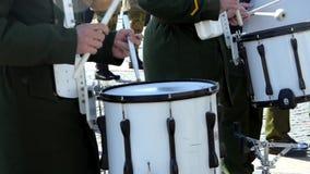 Militarny dobosz z kijami bije rytm i bije korowód zdjęcie wideo