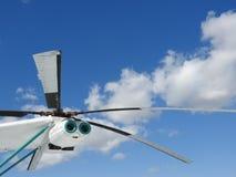 Militarny helikopter, śmigła, instalacje i jednostki dla strzelać, w górę obraz stock