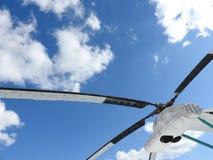 Militarny helikopter, śmigła, instalacje i jednostki dla strzelać, w górę obrazy royalty free