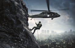 Militarny helikopter i siły między ogieniem i dymem w zniszczonym mieście zdjęcia royalty free