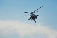 Militarny helikopter w locie Zdjęcia Royalty Free