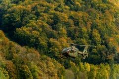 Militarny helikopter w niebie, Alps Obrazy Royalty Free