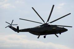 Militarny helikopter w niebie przy MAKS Międzynarodowym Kosmicznym salonem Zdjęcia Stock