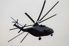 Militarny helikopter w niebie przy MAKS Międzynarodowym Kosmicznym salonem Obraz Royalty Free