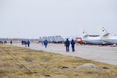 Militarny lotnisko Krasnodar Operacyjny samolot w parking Na lotnisko pilotach i innych oficerach iść fotografia royalty free