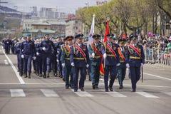 Militarny marsz przez miasta zdjęcia royalty free