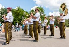 Militarny mosiężny duży zespół bawić się na ulicie Zdjęcie Stock