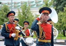 Militarny mosiężny zespół w Aleksander ogródzie paraduje po kłaść kwiaty przy grobowem Niewiadomy żołnierz Zdjęcie Royalty Free