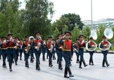 Militarny mosiężny zespół w Aleksander ogródzie paraduje po kłaść kwiaty przy grobowem Niewiadomy żołnierz Zdjęcia Stock