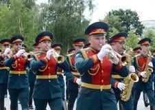 Militarny mosiężny zespół w Aleksander ogródzie paraduje po kłaść kwiaty przy grobowem Niewiadomy żołnierz Zdjęcia Royalty Free