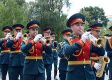 Militarny mosiężny zespół w Aleksander ogródzie paraduje po kłaść kwiaty przy grobowem Niewiadomy żołnierz Obrazy Royalty Free