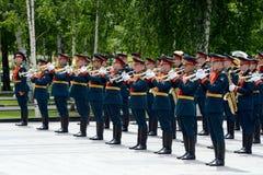 Militarny mosiężny zespół w Aleksander ogródzie podczas kłaść kwiaty przy grobowem Niewiadomy żołnierz Fotografia Stock