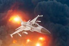 Militarny myśliwa odrzutowego samolotu latający tło potężny wybuch Wojny strajkowy pojęcie zdjęcia stock