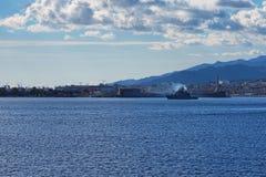 Militarny Włoski okręt wojenny opuszcza schronienie Messina sicily Włochy Obrazy Stock
