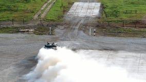 Militarny zbiornik jedzie na drodze przy wojska forum 2017 zbiory wideo