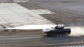 Militarny zbiornik jedzie na drodze przy wojska forum 2017 zdjęcie wideo