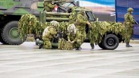 Militars marchant par les rues photographie stock