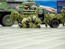 Militars wmarsz przez ulic zdjęcia stock