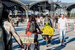 Militation de deux cyclistes contre le réchauffement global Image libre de droits