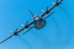 Militär-flacher viermotoriger Fliegen-Durchlauf Stockfotos